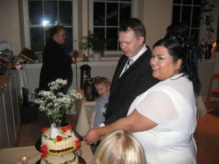 Bröllpstårtan skärs